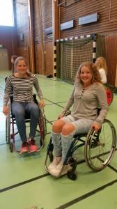 Louise Hallgren och Alice Bössa provar den farliga sporten rullstolsbasket.