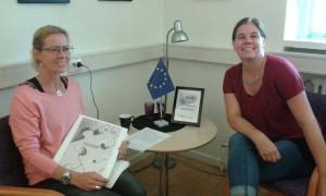 Jenny Wennerstrand och Cissie pratar om utbildningsmaterialet 7-tjugo (se längre ner i bloggen om materialet) som en bra aktivitet i projektet.