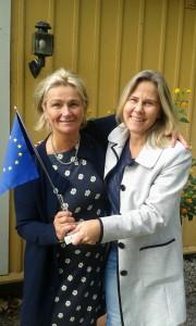 Gunilla Malm (höger i bild) lämnar över EU flaggan till vår nya länsprojektledare Agneta Engström
