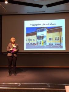 """Inger föreläser om ungdomshuset på Friggagatan 5 som jobbar för """"en väg in för ungdomar""""."""